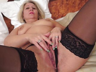 hot gilf fingering her pussy