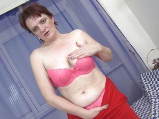 horny mature slut masturbates