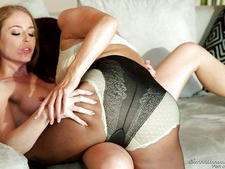 milf kisses lesbian babe