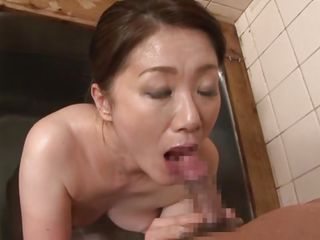mature slut sucks cock in the tub