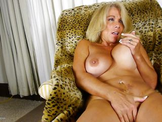 blonde mature knows how to finish herself
