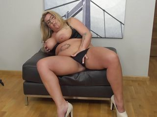 voluptuous kim van dyke plays with her vagina