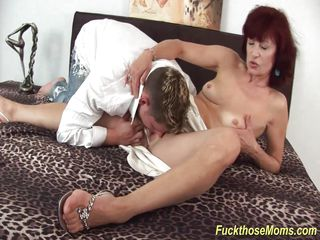 skinny mom deepthroat a strong dick