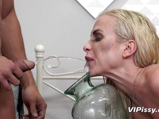 piss fetish couple having a pee-party