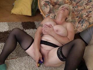 busty cougar just need a dildo to satisfy herself